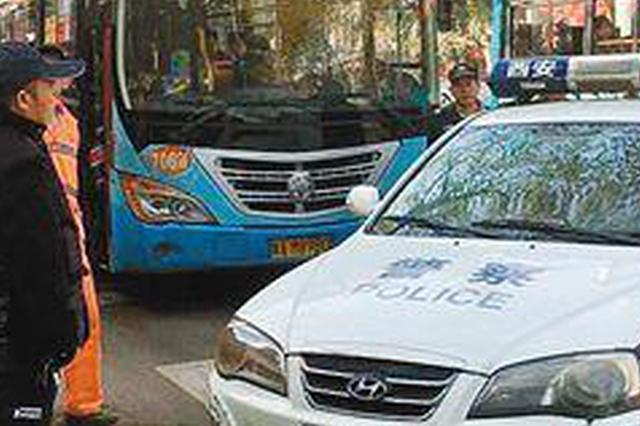 要逆天啊!桂林一男子先撞了公交车再撞警车