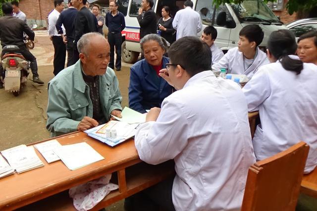医院送医送药下乡 山区群众享受医疗技术和服务