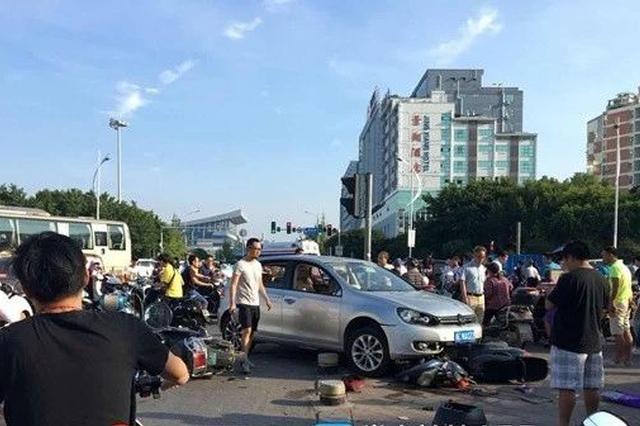 桂林一小车撞向等红绿灯人群 8人受伤!现场一片混乱