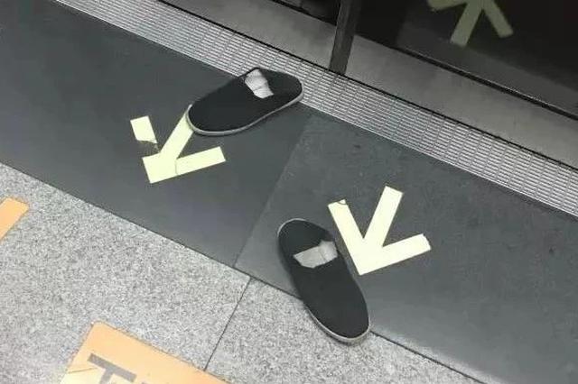 光脚大汉地铁横躺霸座!有人默默出招 网友炸了