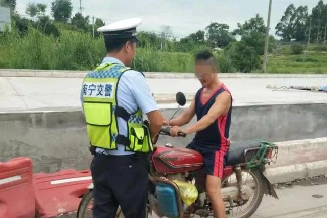 摩托车手注意!南宁交警进村了 整治交通违法行为