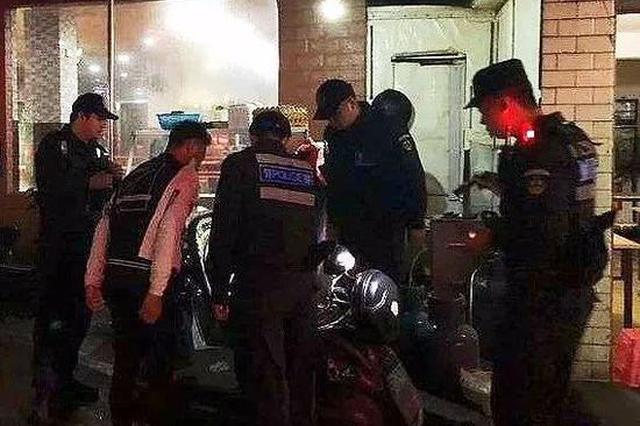 桂林2男子眼神慌张 骑警一搜竟在电动车找到13部手机