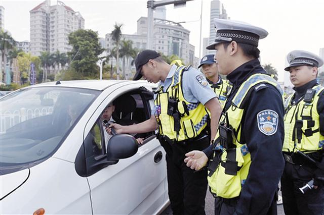 大单!南宁交警清晨街头设卡 查处交通违法996起