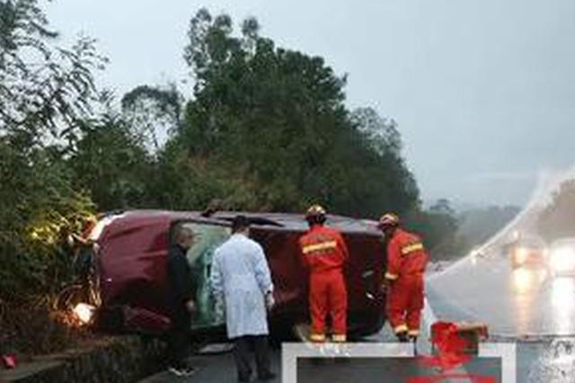 警惕!泉南高速桂柳段一小车侧翻 后排女乘客不幸身亡