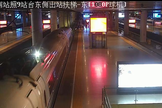 监控视频显示,在列车即将靠近前,站台上其他人员将王某拉起。视频截图