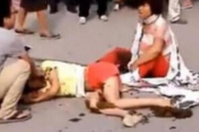 广西男子持木棍当街殴打带孩子妇女 警方:系家庭矛盾