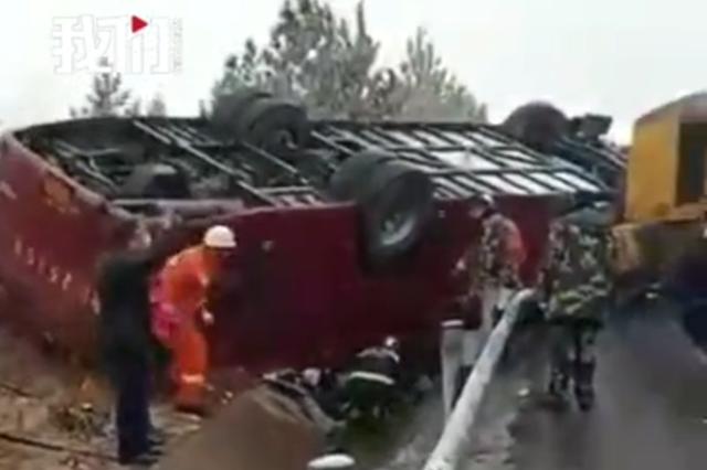 官方通报|大巴车高速公路上翻车 4人死亡41人入院