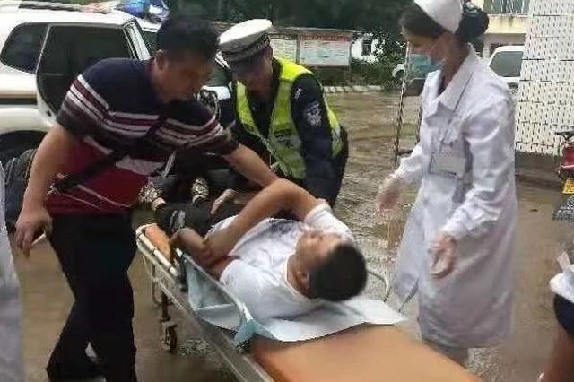 长途司机高速路上突发中风 贺州交警紧急送医抢人