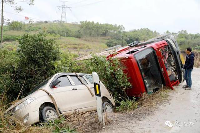 惊险!今早柳州鹿寨一五菱小汽车和大货车双双侧翻