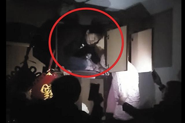 南宁:民警上门实施抓捕 男子藏进衣柜被揪出