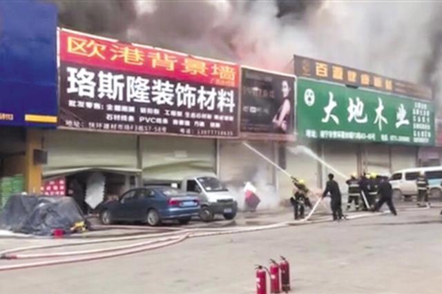 南宁快环建材市场一商铺失火 消防员一个多