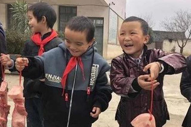 这个散学典礼火了!三江一小学再次给优秀学生发猪肉