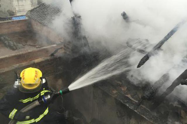 桂林恭城县民房清晨发生火灾 消防救出4名被困者