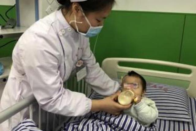 医护人员正在帮孩子喂奶。(南昌大学一附院党办供图)