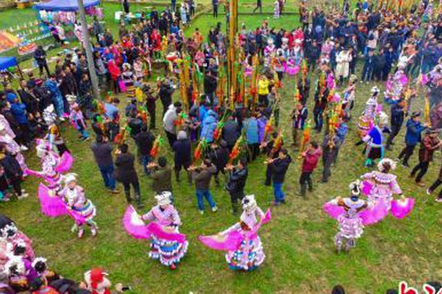 广西大苗山举行一年一度传统坡会 苗妹展风情