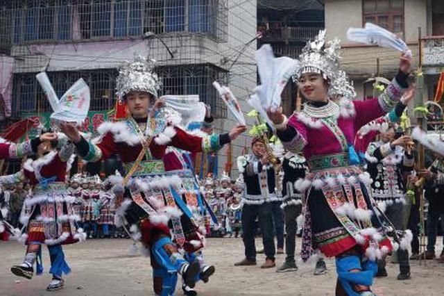广西大苗山欢庆百鸟衣节 苗族姑娘盛装舞蹈