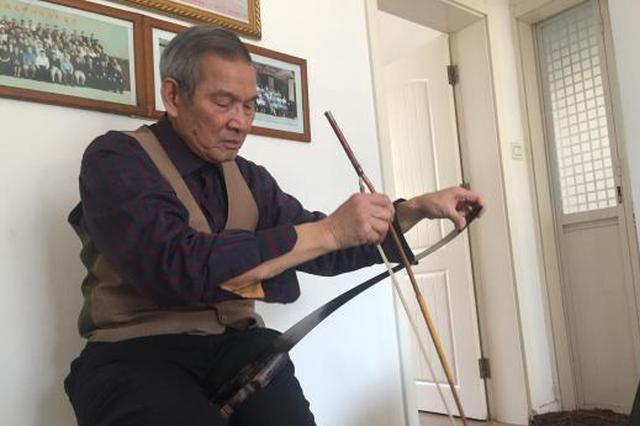 """81岁老人变""""锯""""为乐器 小众乐器锯琴后继乏人"""