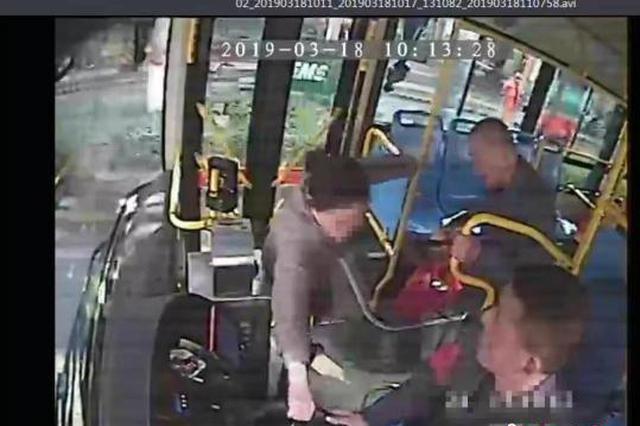 一乘客抢公交方向盘并拉扯撕打司机被刑拘