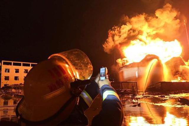 盐城化工厂爆炸 消防连夜奋战现场火势已得到控制