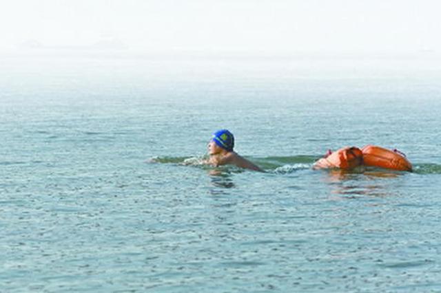 """横渡长江2000多米 """"游泳去上班""""是种什么体验?"""