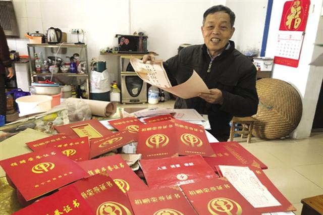 """南宁七旬老人11年爱心捐款不停 被称为""""捐款大叔"""""""
