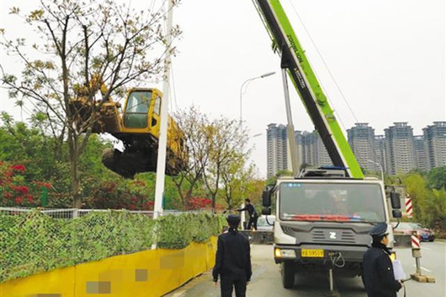 执法人员暂扣工地违法施工工具钻机 本报记者 黎兆齐 摄