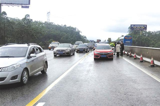 小长假期间高速事故多发 交警:车行高速路别冲喳喳