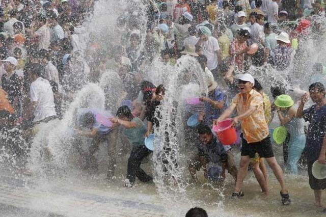 广西多地东盟留学生泼水祈福 欢庆东南亚传统新年