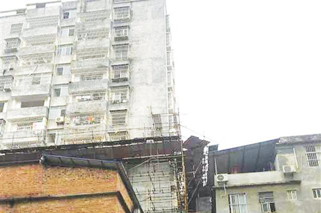 """南宁13层违建""""楼王""""将被拆除 每层两户还装电梯"""