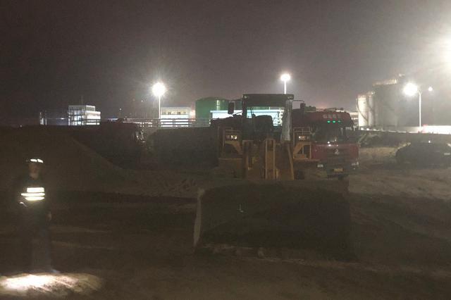 惊讶!钦州港夜查盗采海砂 一次查扣12辆运砂车