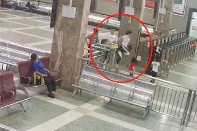 南宁一女子带家人翻越栏杆 强行闯站台!被拘留7日