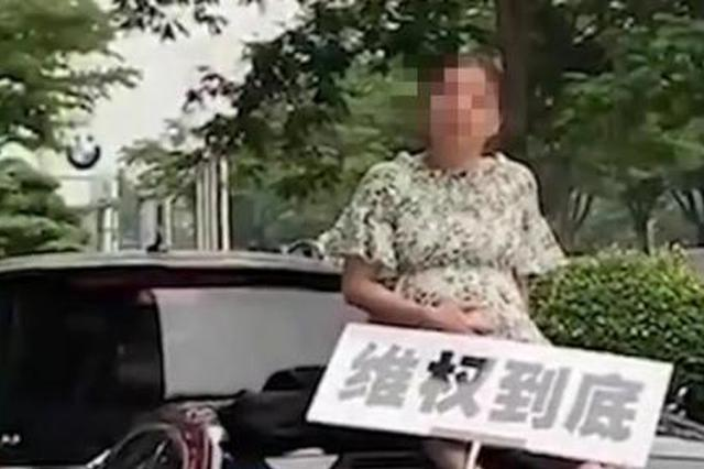 女子坐奔驰车顶维权 当地市场监管局介入