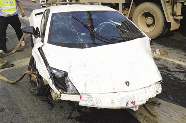 南宁一兰博基尼冲过隔离带连撞3车 损失估计超200万