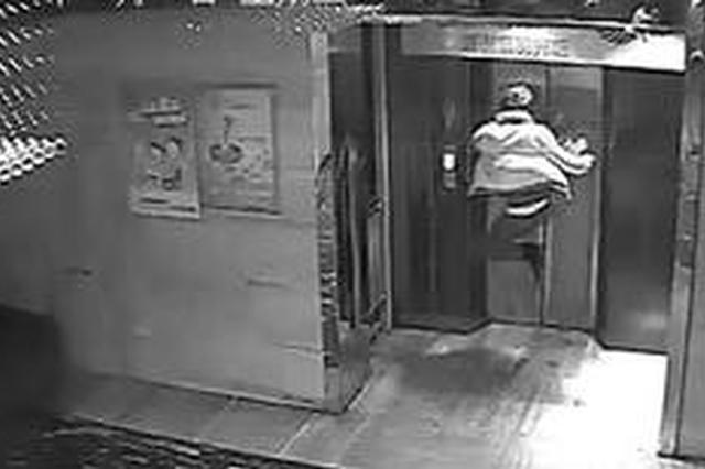 """外卖哥因差评踹电梯 """"踹掉""""3个月工资"""
