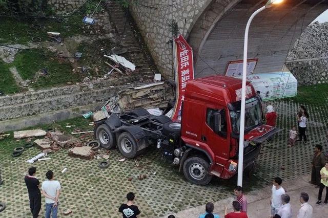 柳州大货车忽然失控连撞5车致1死2伤!原因竟是这个