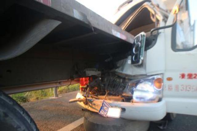 一小货车高速公路上追尾大货车 致4死8伤
