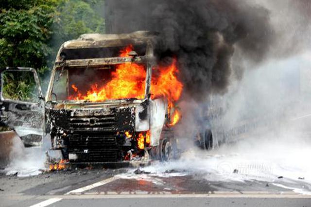 货车高速路突燃大火 特警路遇全力救援终将大火扑灭