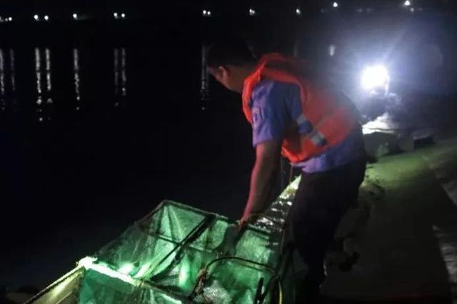 抓得好!贵港执法人员突击检查 郁江上竟有人捕鱼