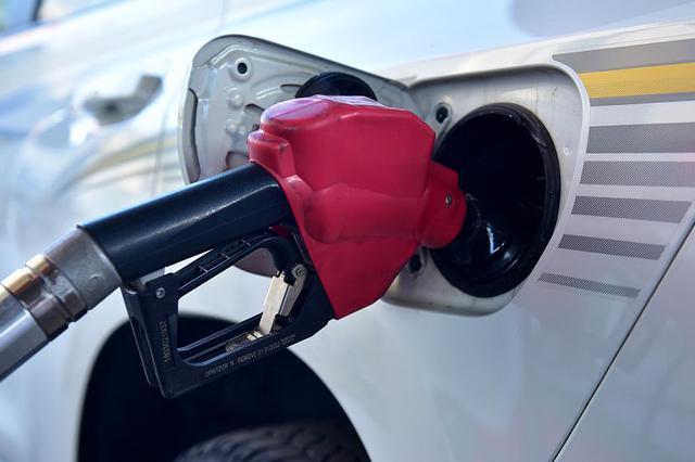 """年内油价迎""""第七涨"""" 明起加满一箱油多花约7.5元"""