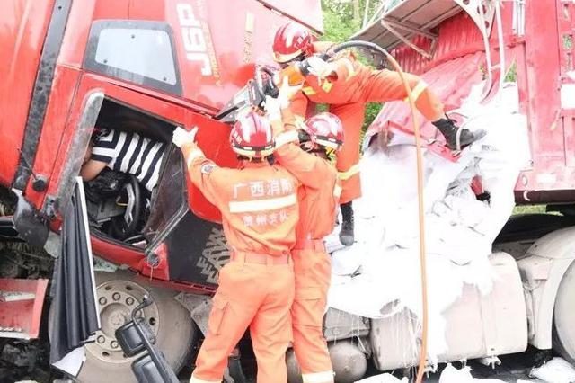 惊险!贺州高速大货车追尾司机被卡驾驶室