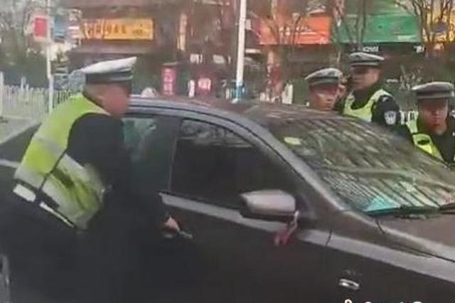套牌车闯卡致伤两名民警后逃逸 警方锁定嫌疑人