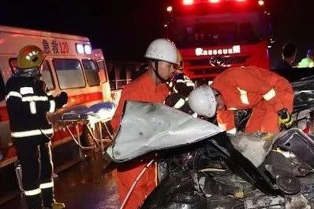 """惊险!柳州两车追尾一司机昏迷车中 消防""""虎口""""夺人"""