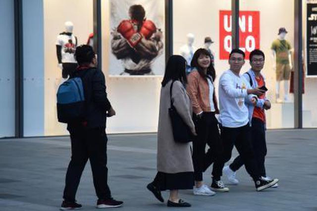 广西出现反常天气 民众立夏后穿冬装出行(图)
