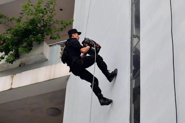 南宁特警突然高空绳降在这所学校!小朋友们都看呆了