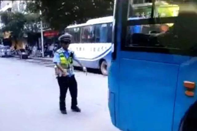 暴力抗法!柳州一男子驾驶公交车朝执勤警员撞去