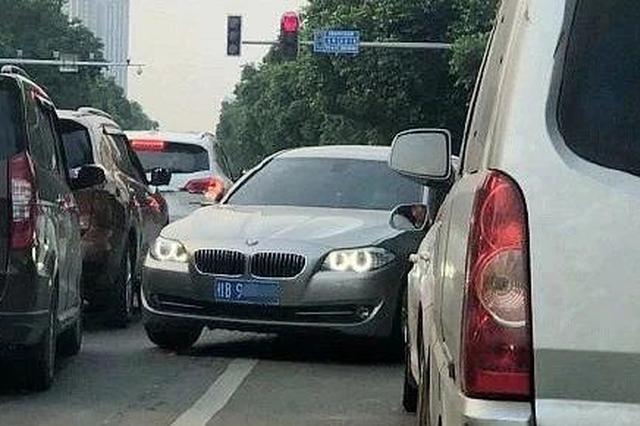 广西一辆宝马市区内逆行+越线 事后还怪前面车没让行