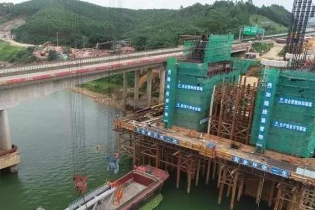 六律邕江特大桥拱肋吊装 建成可缓解这里的车流