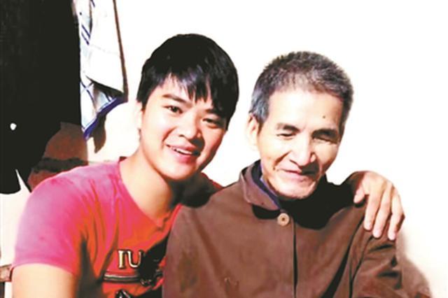 广西小伙返乡陪盲人父亲变老 温馨生活视频打动网友