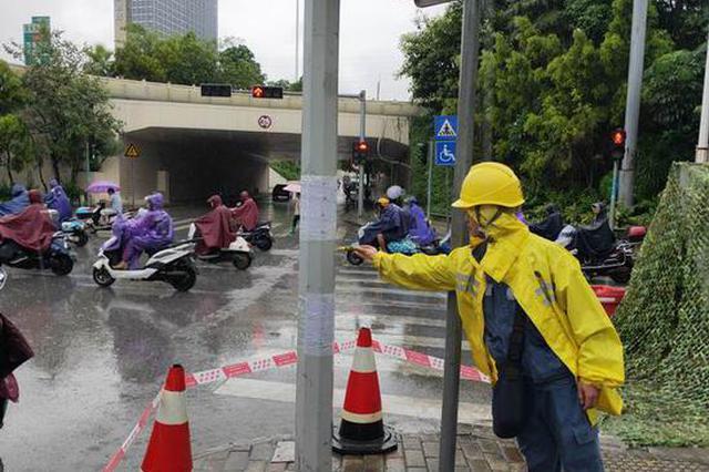 暴雨致视频监控杆漏电 南宁供电抢修人员及时整改