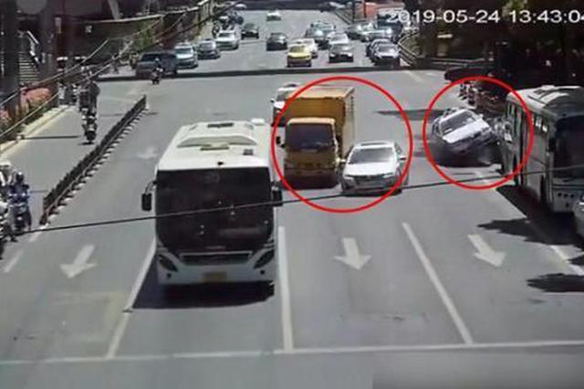 连环碰!一出租车驾驶员违法变道致5车相撞